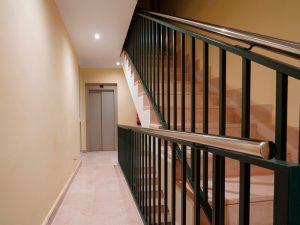 ¿Existe la obligación de instalar ascensores en edificios antiguos?-ascensor 300x225